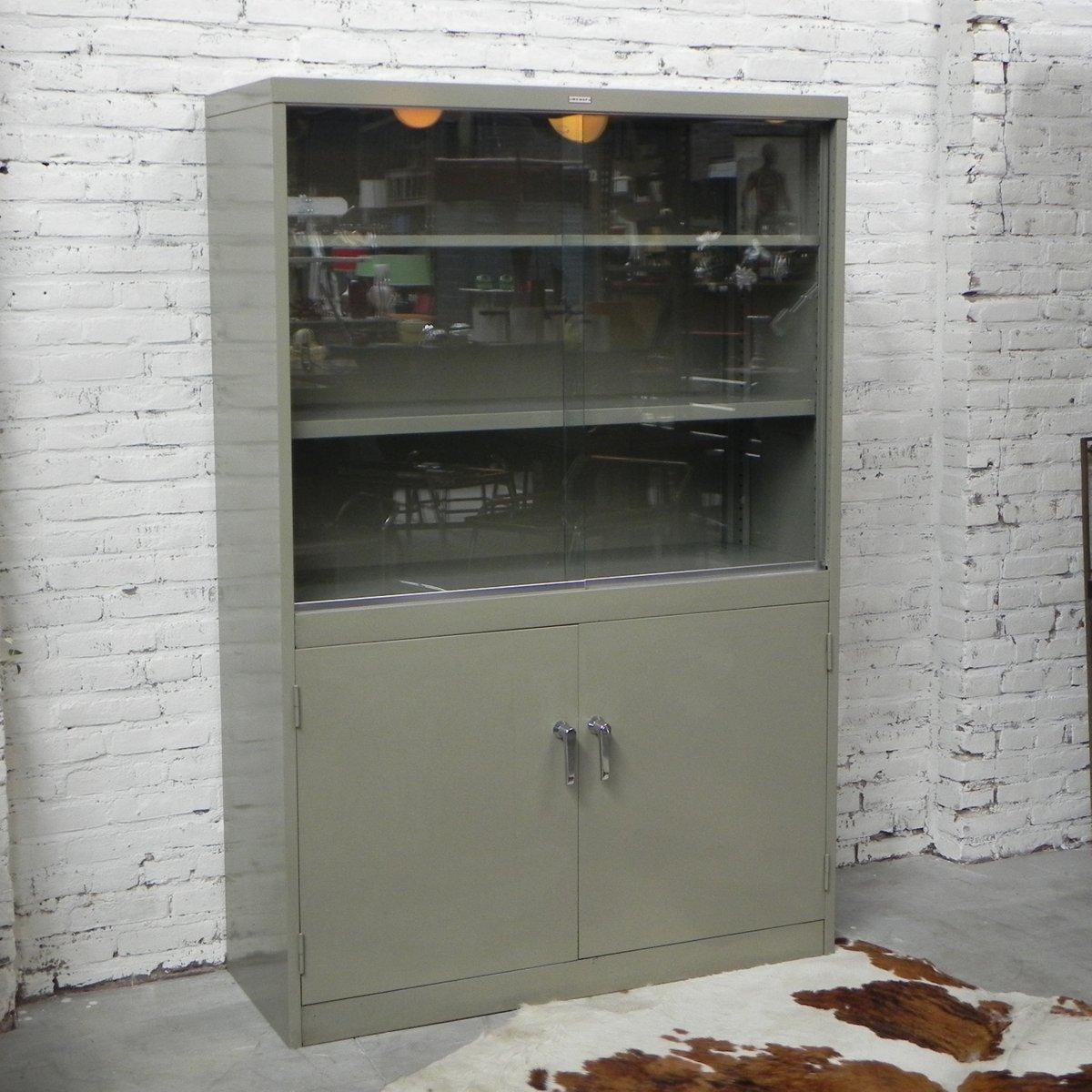 industrielle mid century stahl vitrine mit 2 schiebet ren. Black Bedroom Furniture Sets. Home Design Ideas