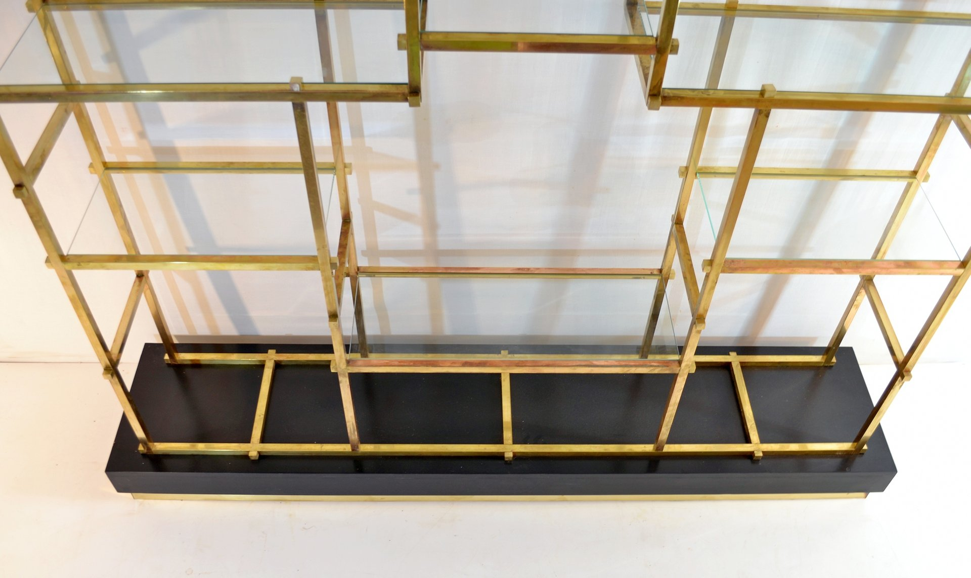 gro es messing regal von romeo rega 1970er bei pamono kaufen. Black Bedroom Furniture Sets. Home Design Ideas