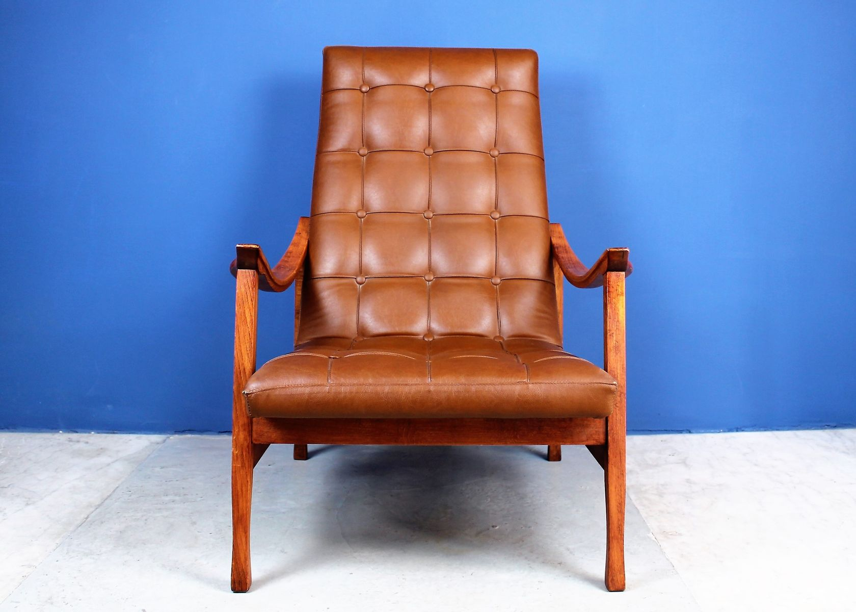 Skandinavischer Mid-Century Sessel aus Holz und Ökoleder bei Pamono ...