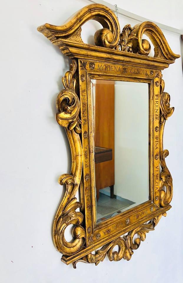 Espejo antiguo con marco de madera tallada en venta en Pamono