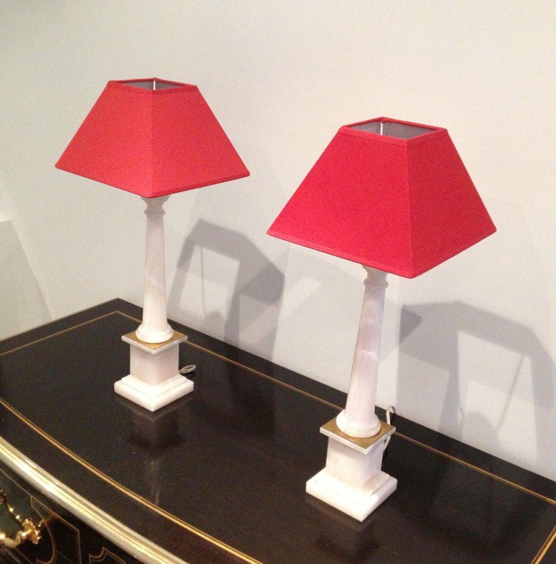 italienische s ulen lampen aus wei em marmor und messing mit roten schirmen 2er set bei pamono. Black Bedroom Furniture Sets. Home Design Ideas