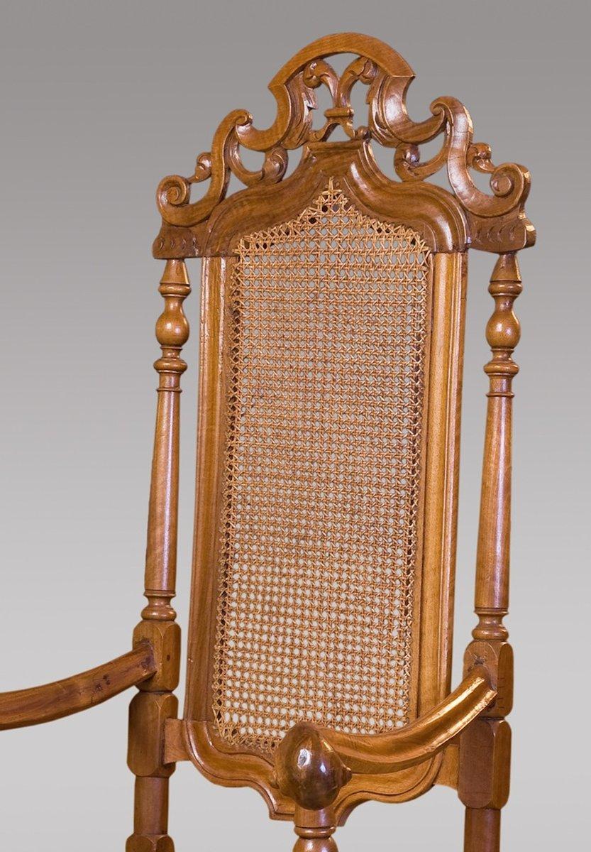 antiker spanischer armlehnstuhl aus geschnitztem nussbaumholz 17 jahrhundert bei pamono kaufen. Black Bedroom Furniture Sets. Home Design Ideas