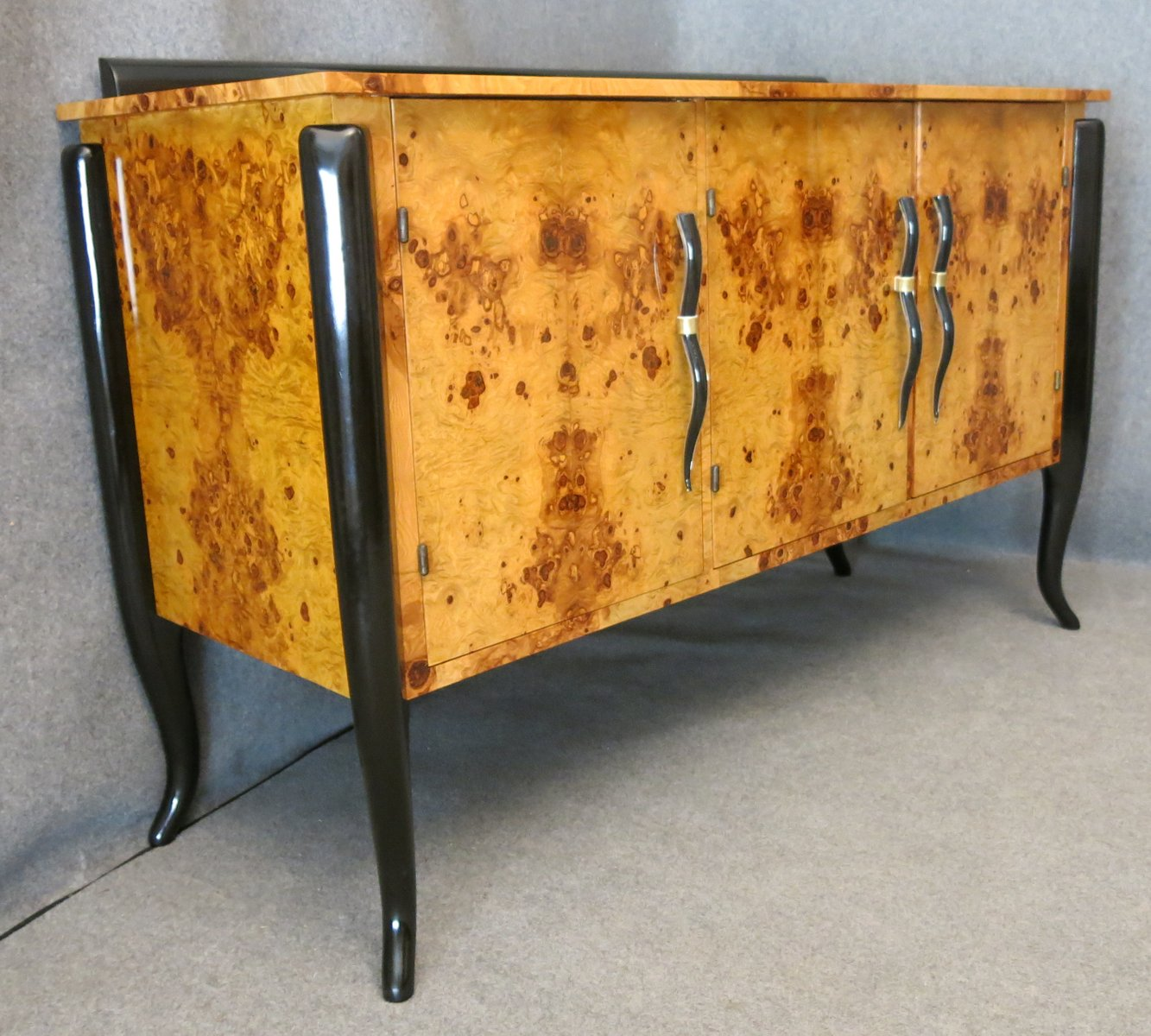 French Art Deco Walnut and Murano Glass Buffet for sale at Pamono