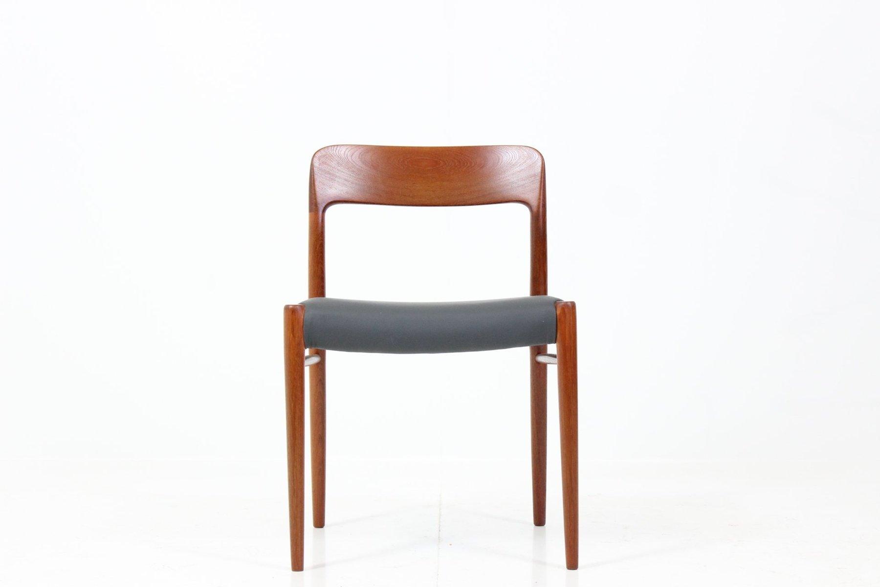 Chaises de salon avec dossiers sculpt s par niels o for Salon marocain avec dossier