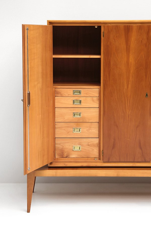 vintage schrank aus nussholz messing bei pamono kaufen. Black Bedroom Furniture Sets. Home Design Ideas
