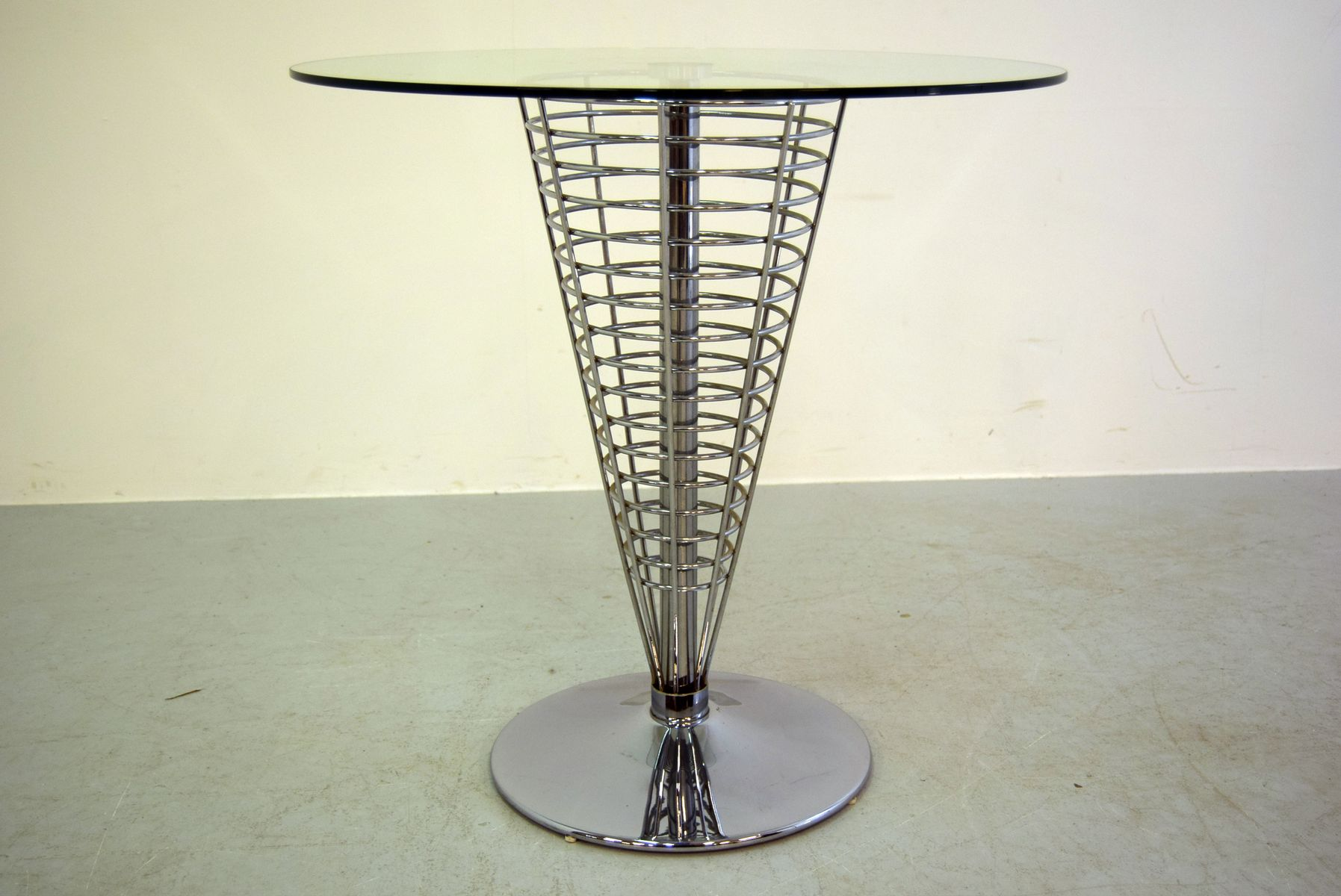 kegelf rmiger metallgitter tisch von verner panton f r. Black Bedroom Furniture Sets. Home Design Ideas