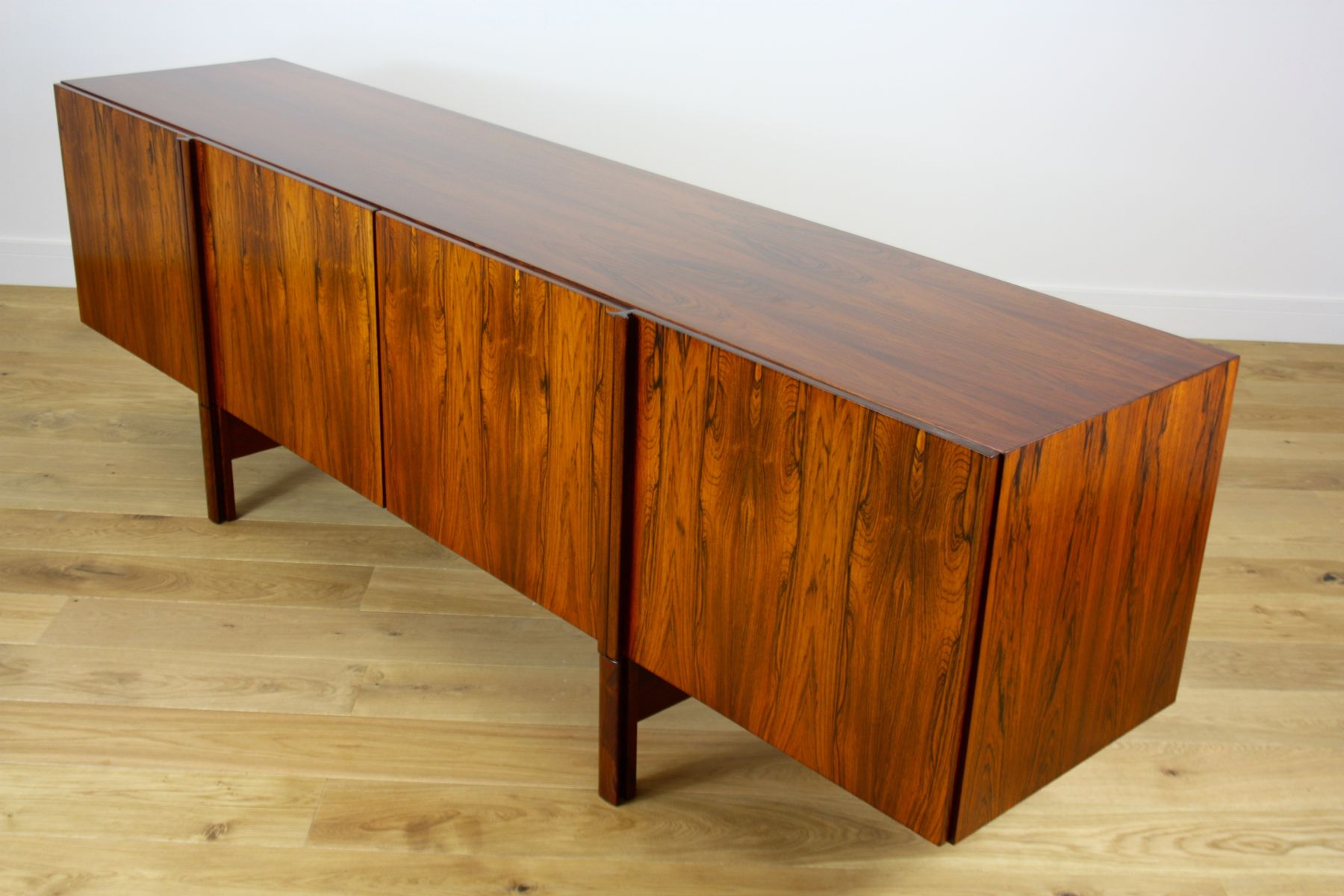 langes sideboard aus palisander von ib kofod larsen f r. Black Bedroom Furniture Sets. Home Design Ideas
