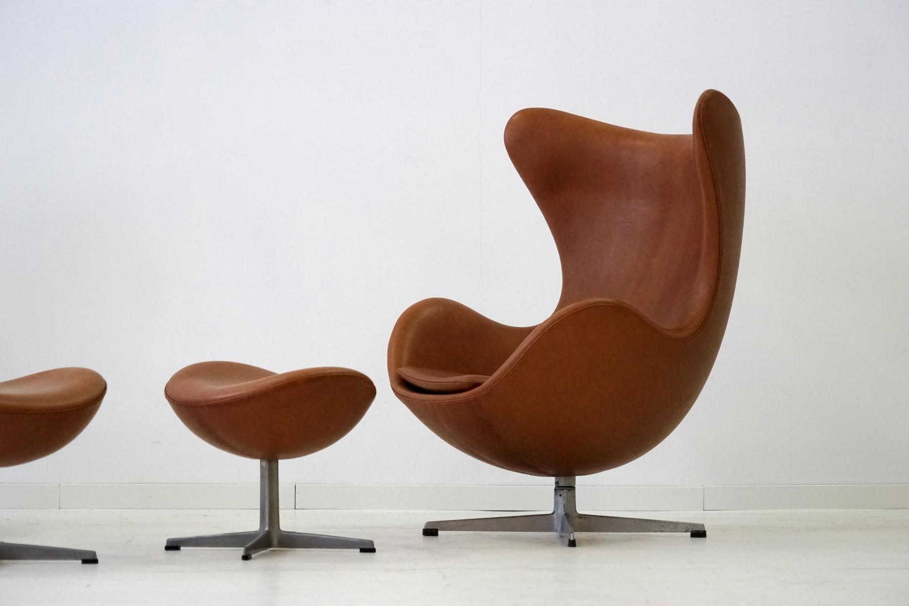 egg sessel ottomane aus leder von arne jacobsen f r. Black Bedroom Furniture Sets. Home Design Ideas