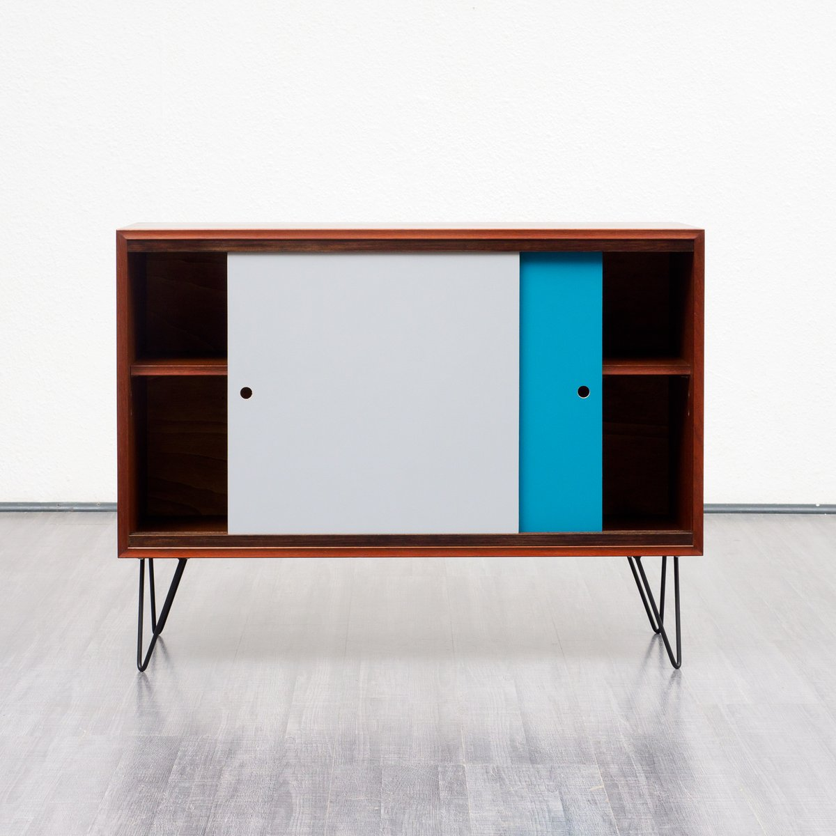 teak furnier sideboard mit resopalbeschichteten t ren 1960er bei pamono kaufen. Black Bedroom Furniture Sets. Home Design Ideas