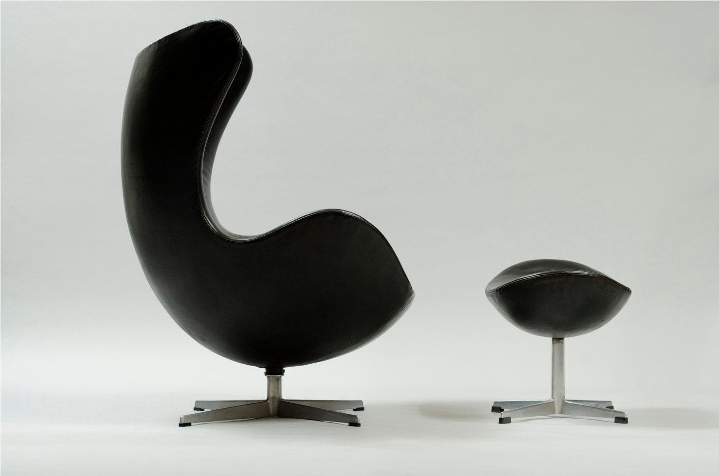 Egg Chair and Ottoman by Arne Jacobsen for Fritz Hansen for sale at ...